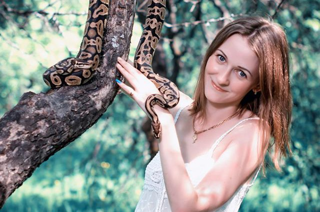 Евгения уверяет, что питоны - очень спокойные змеи.