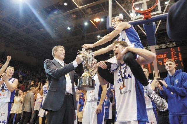 Александр Башминов (слева) с Кубком России, который завоевали баскетболисты