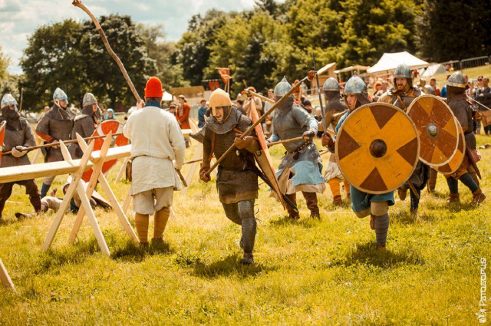 Больше всего на фестивале было викингов, поэтому пришлось делить Варяжский борг на три площадки: «Война», где постоянно тренировались и состязались бойцы, «Слобода» — с мирными забавами и ремеслами, и «Тинг» — скандинавское судилище.