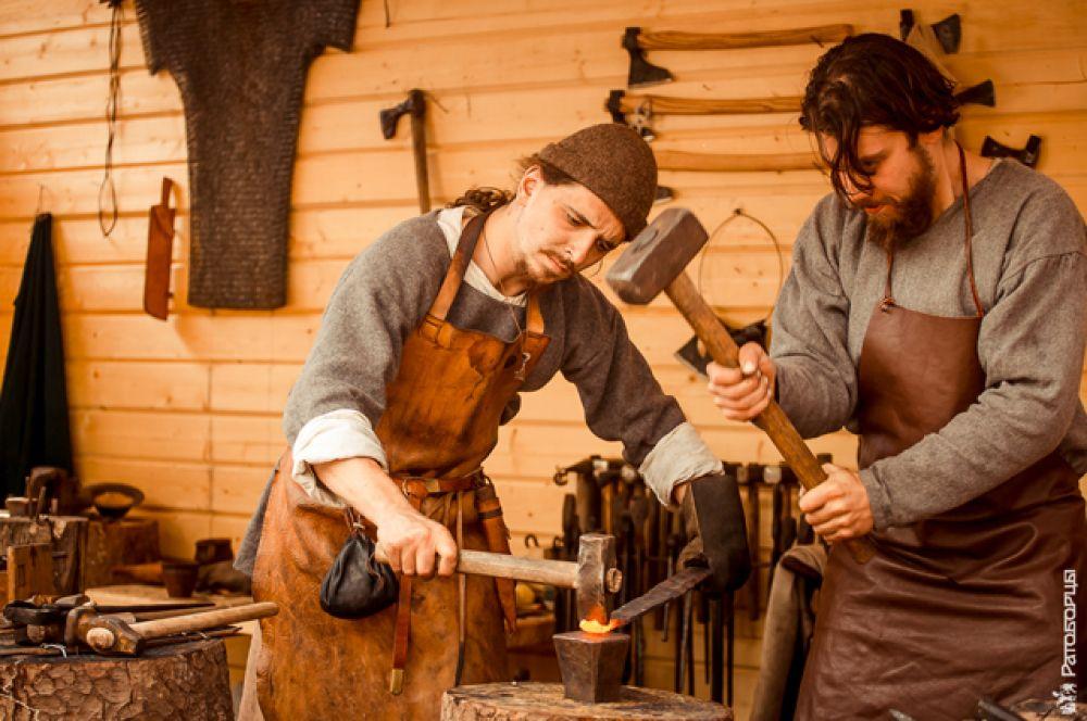 Они устроили целую улочку ремёсел: мастерили обувь, работали в кузнице, пекли лепешки, красили ткани.