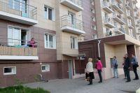 Представители НП «ЖКХ Контроль» и Фонда ЖКХ проводят осмотр нового многоквартирного дома №69/2 по улице Грановского в городе Астрахани.