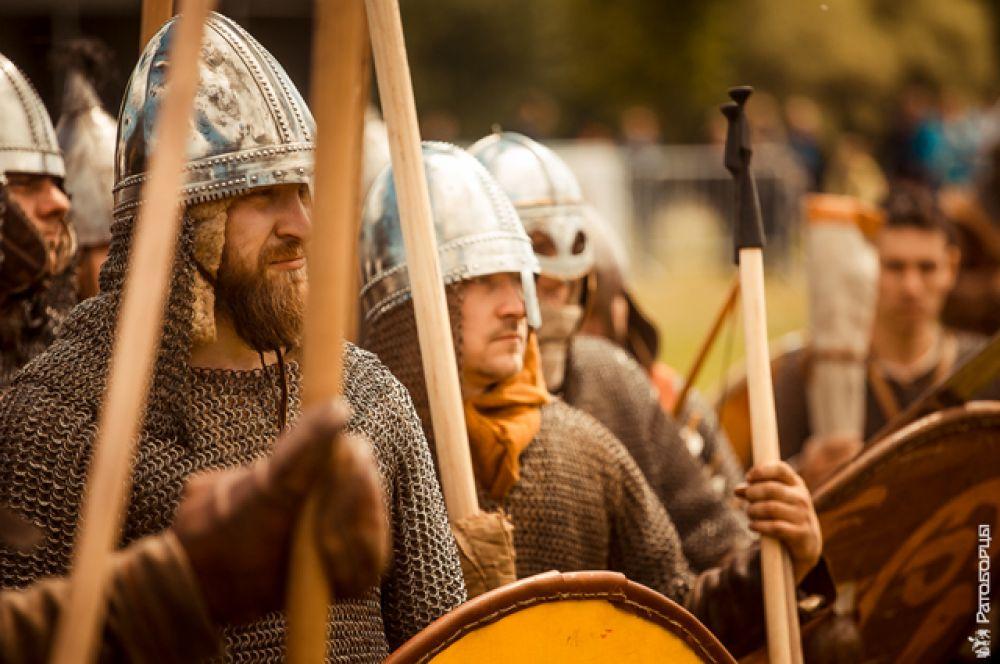 Через дорогу от славян раскинулся лагерь «Гардарика» — «Страна городов», так называли Русь скандинавы, пораженные количеством укреплений. Здесь жили викинги на службе русского князя.