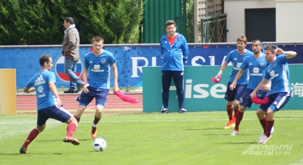 Разминались и футболисты, которые вчера выходили на замену.
