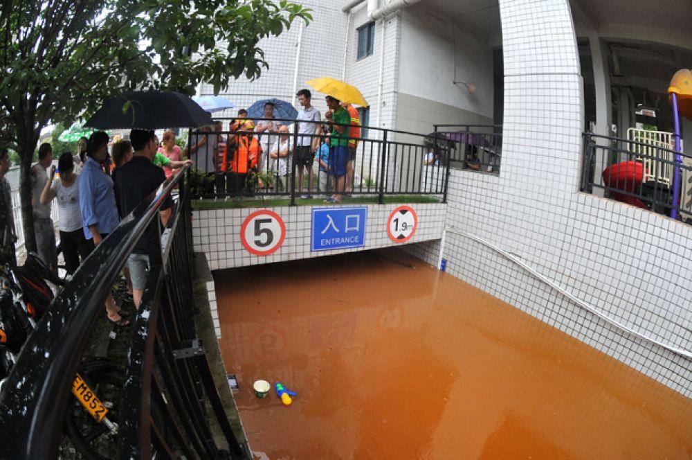 Также затоплены некоторые станции метро.