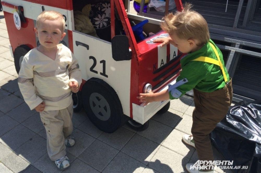 Коляска-пожарная машина понравилась не только жюри, но и другим участникам состязания.