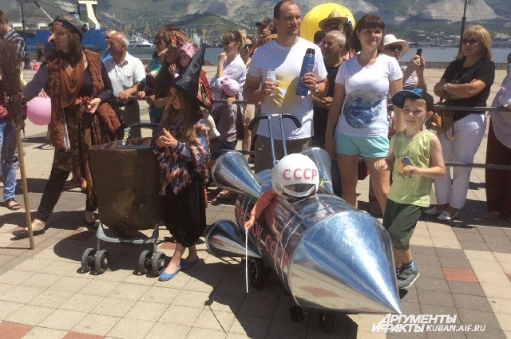 В причудливых колясках сидели главные герои этого праздника – маленькие карапузы, кстати некоторым еще не исполнился и годик.