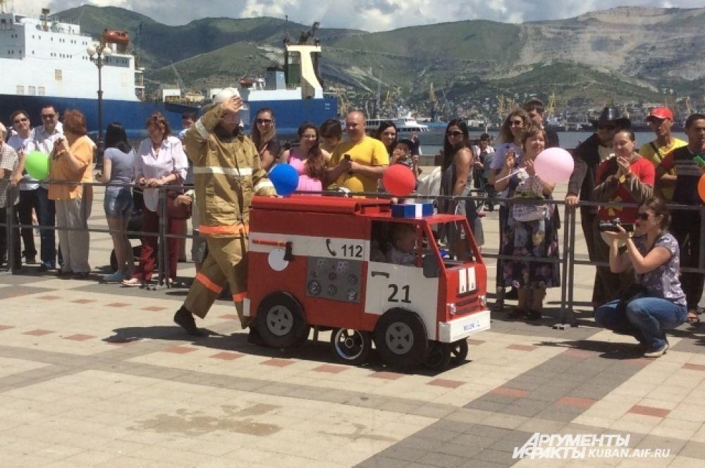 Второе место присудили команде «Самоделкины» и их коляске — пожарная машина.