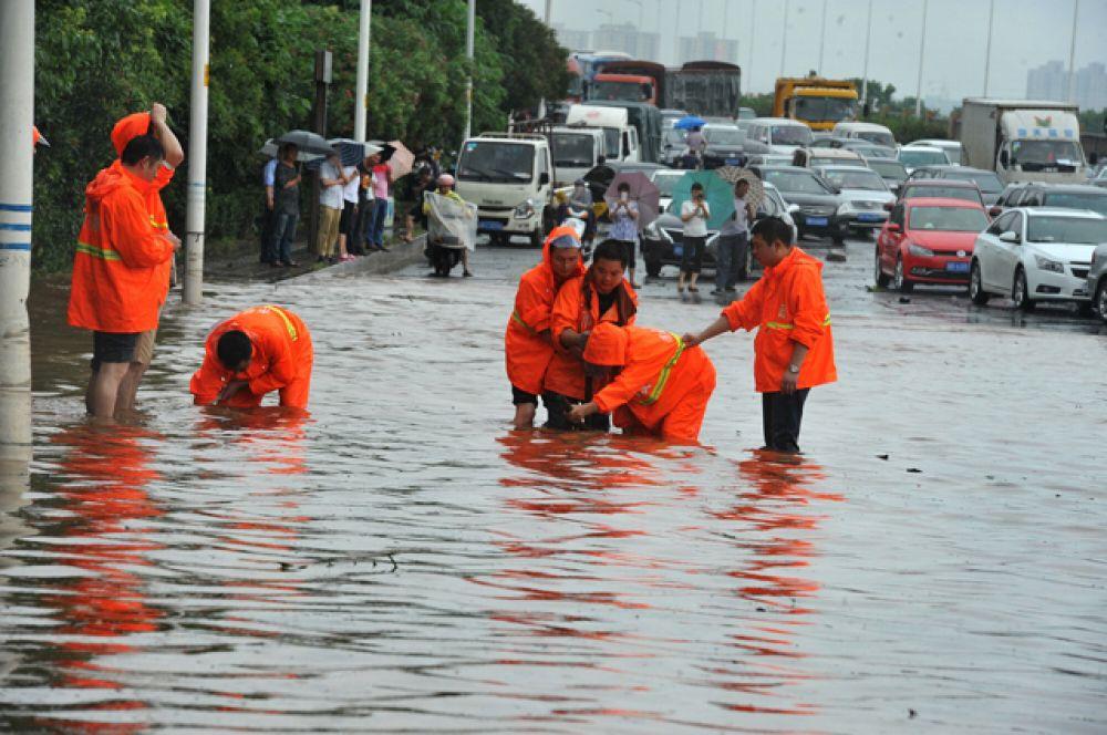 По предварительным подсчётам, экономический ущерб от разгула стихии уже оценивается в десятки миллионов долларов.