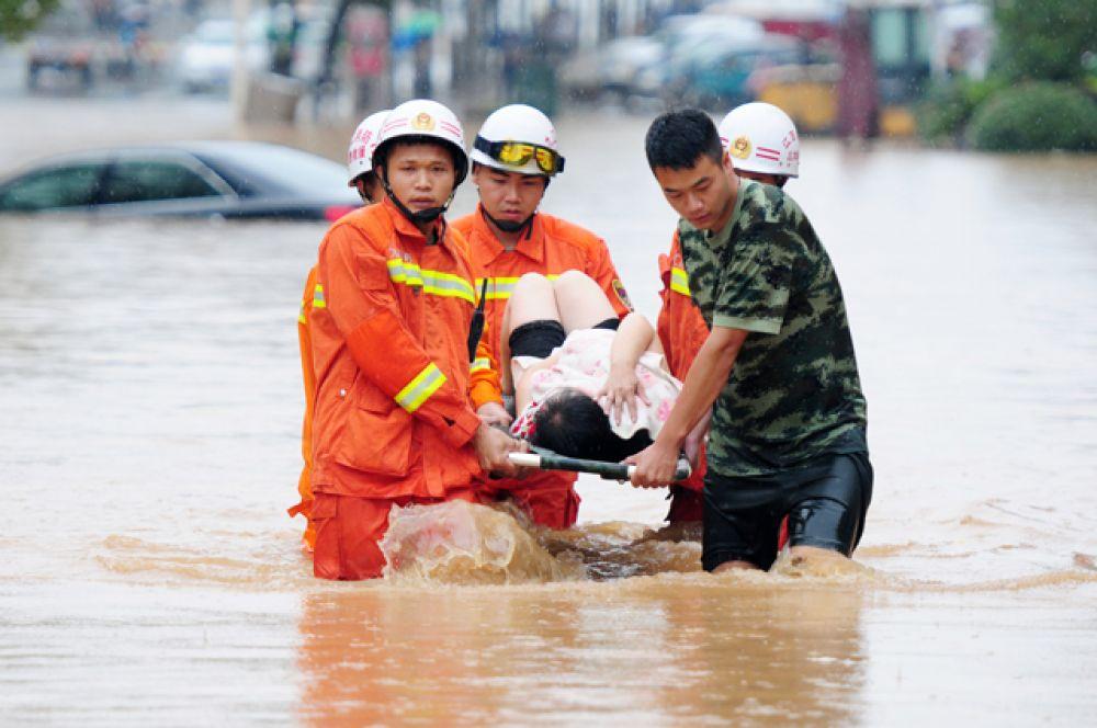 Жителей, оказавшихся в подтопленных регионах, эвакуируют в пункты временного размещения, расположенные в безопасных зонах.