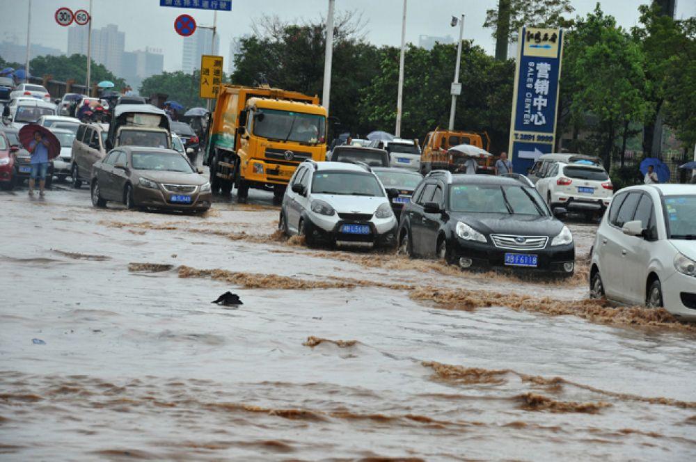 Улицы нескольких населённых пунктов превратились в бурные реки.