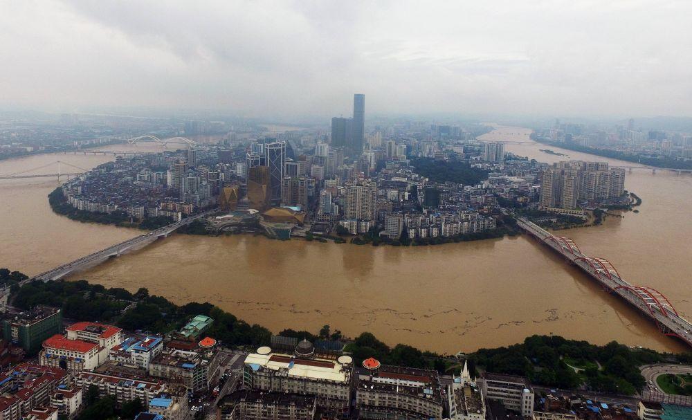 Разлившаяся река Люцзян около Лючжоу в Гуанси-Чжуанском автономном районе.