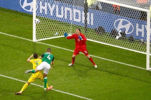 Маколи забивает первый мяч в ворота Андрея Пятова