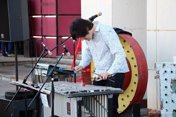 Алексей Чижик играл для гостей мероприятия на виброфоне.
