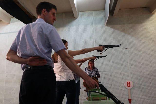 Стрелки редакции 74.ru первыми взяли в руки пистолеты.