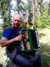 Александр Кондраков бард, что называется, на все руки: с удовольствием играет и на гитаре, и баяне. Утверждает, что здесь он не из-за призов, а чтобы зарядиться положительными эмоциями.