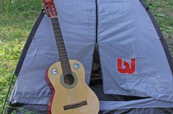 Туристическая палатка, гитара и любовь к авторской песне - вот, что обединяет всех участников музыкального фестиваля на Зелёном острове.
