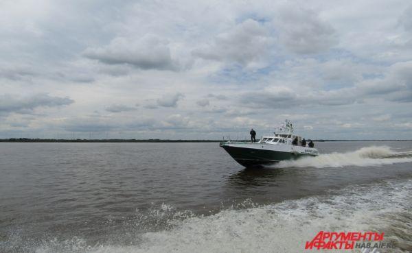 Нарушителей преследует речной отдел и СОБР Хабаровской таможни.