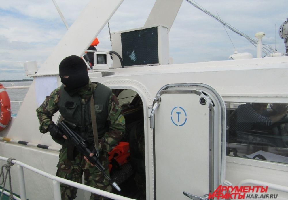 Бойцы СОБР захватили судно с контрабандой.