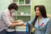 Мисс Россия-2015 София Никитчук сдаёт тест на ВИЧ-инфекцию в лаборатории Центра молекулярной диагностики ЦНИИ эпидемиологии Роспотребнадзора.