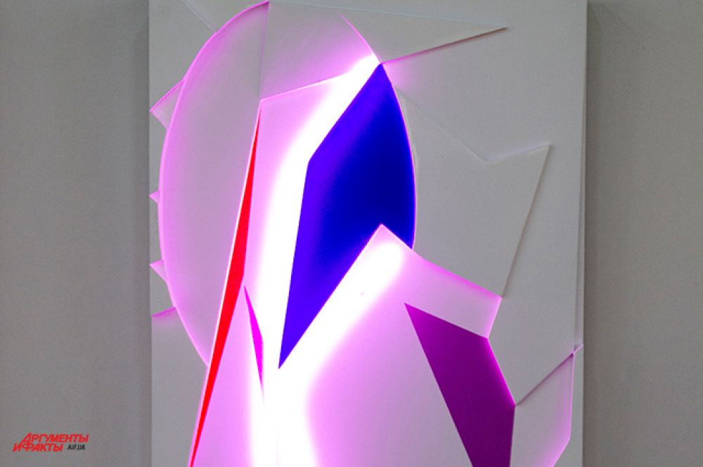 В арт-холле Д12 можно было также увидеть светящиеся экспозиции