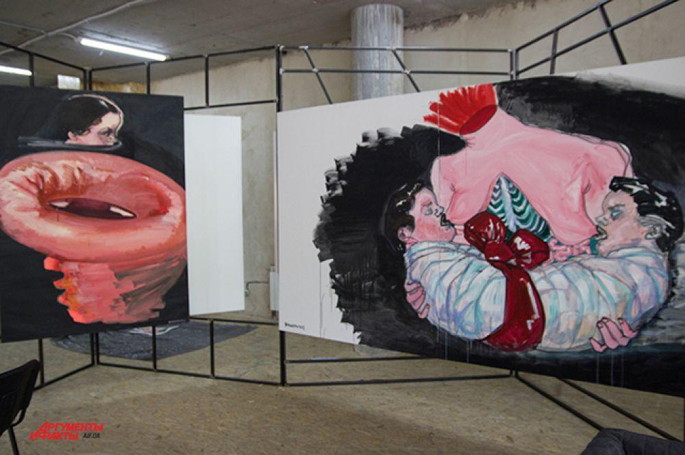 Karas Gallery представили работы Влады Ралко; та, что правее символизирует нераздельность Украины