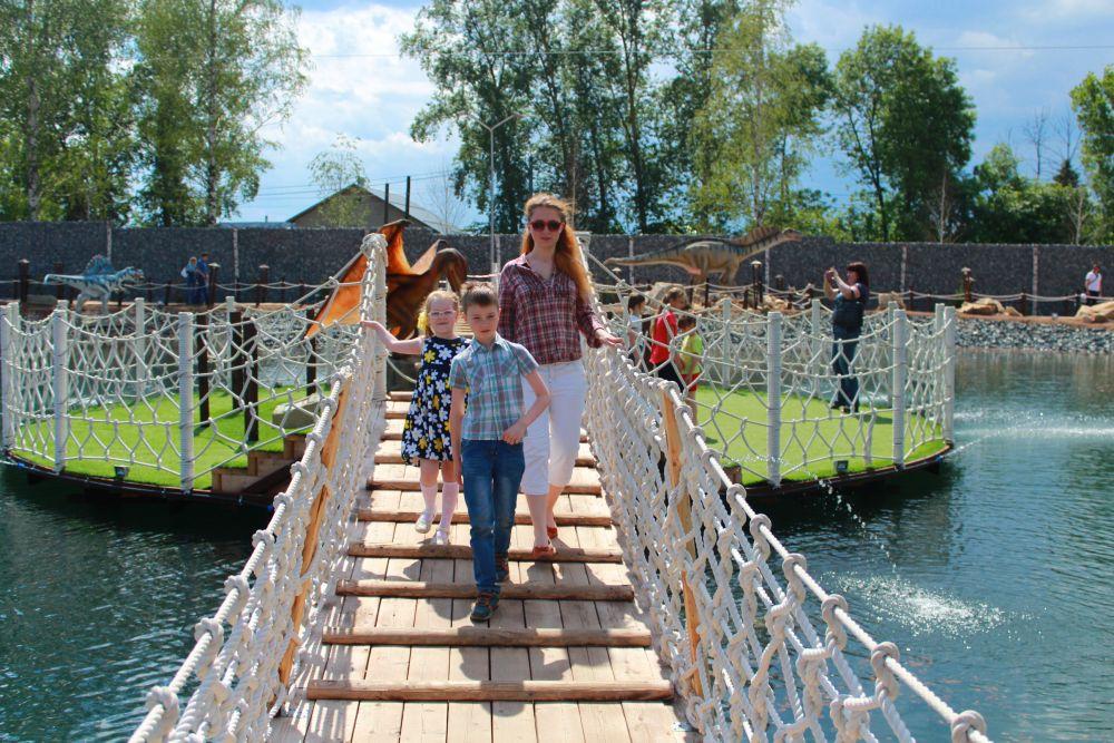 Прогулки по мостику над прудом очень освежают в жару.