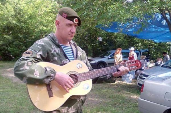 Юрия Крохина все зовут ополченцем за то, что поддерживал братский народ в его справедливой борьбе. И в «горячей точке» гитара была с ним.