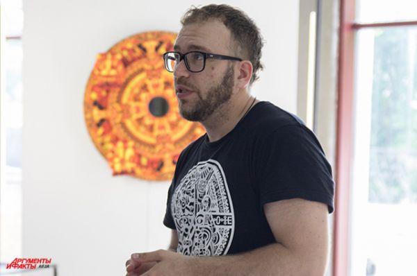 Роман Минин рассказывает о своем спецпроекте, частью которого был витраж