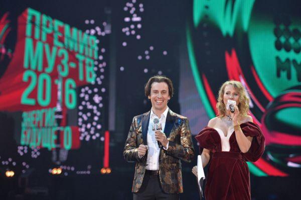 Максим Галкин продолжает работу ведущего. На церемонии вручения ежегодной национальной телевизионной премии в области популярной музыки «МУЗ-ТВ 2016» с Ксенией Собчак.