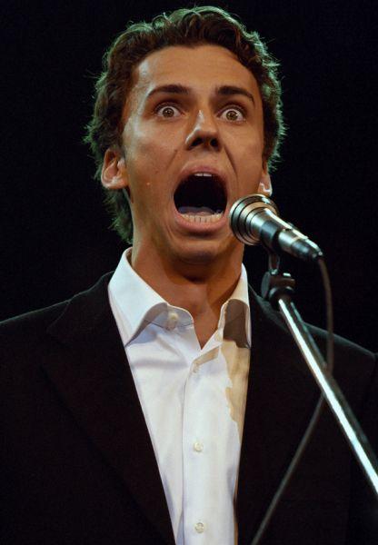 С октября 2001 года Максим попробовал себя в новом амплуа — он начал петь. Его первым вокальным опытом стала песня «Будь или не будь», которую он исполнил дуэтом с Аллой Пугачёвой.
