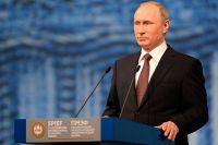 Владимир Путин выступает на пленарном заседании «На пороге новой экономической реальности» в рамках ПМЭФ-2016 в Санкт-Петербурге.