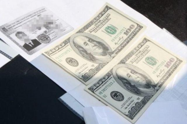 Дипломат предлагал 400 долларов за выдачу водительских удостоверений на свое имя
