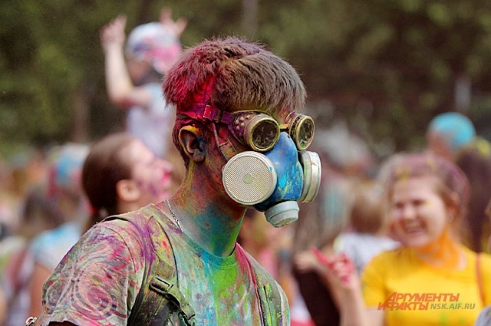 Те кто не любит, когда краска попадает в глаза и в рот предпочитают надевать маски и очки.