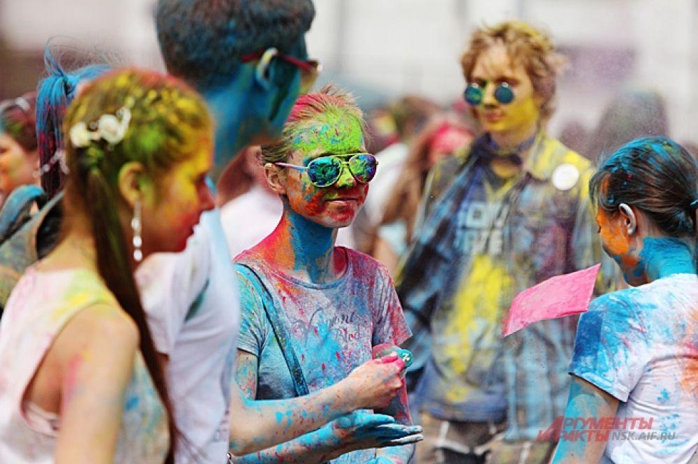 Яркими от красок становятся и одежда, и волосы. Кажется будто все сошли с радуги. Но главное, чем увлечены участники - это фото.