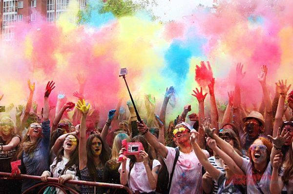 Главное успеть снять момент, когда в воздухе всё становится цветным. Фестиваля многие ждут и приходят на него с друзьями.