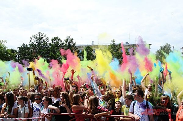 На фестивале запускают краску несколько раз. Каждый желающий может в течение дня прийти в удобное время и поучаствовать в цветном шоу.