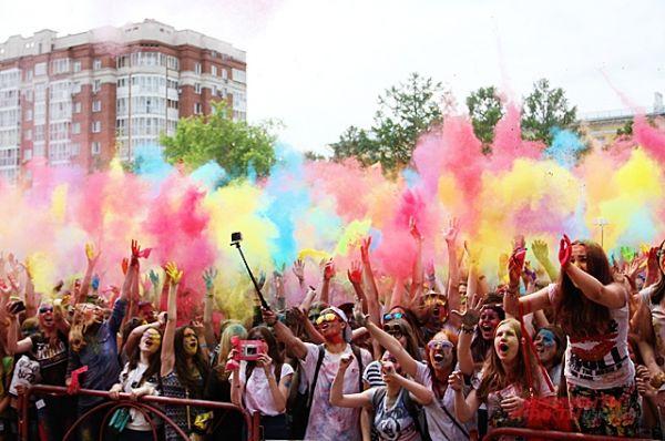 По команде все запускают в воздух краску. Этого момента все ждут на фестивале и заранее запасаются пакетиками с краской.