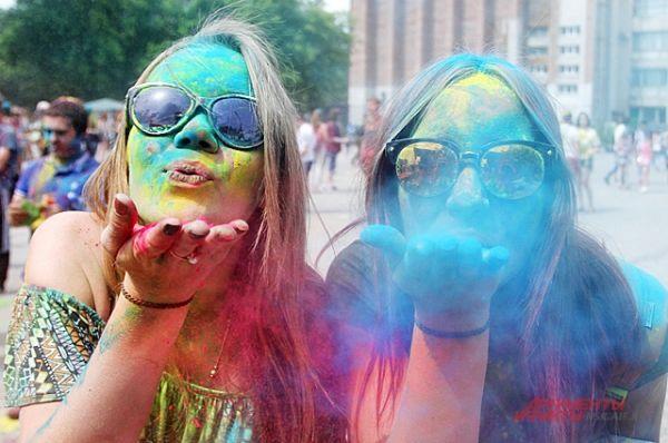 Яркие девчонки позируют перед камерой и посылают цветной воздушный поцелуй.