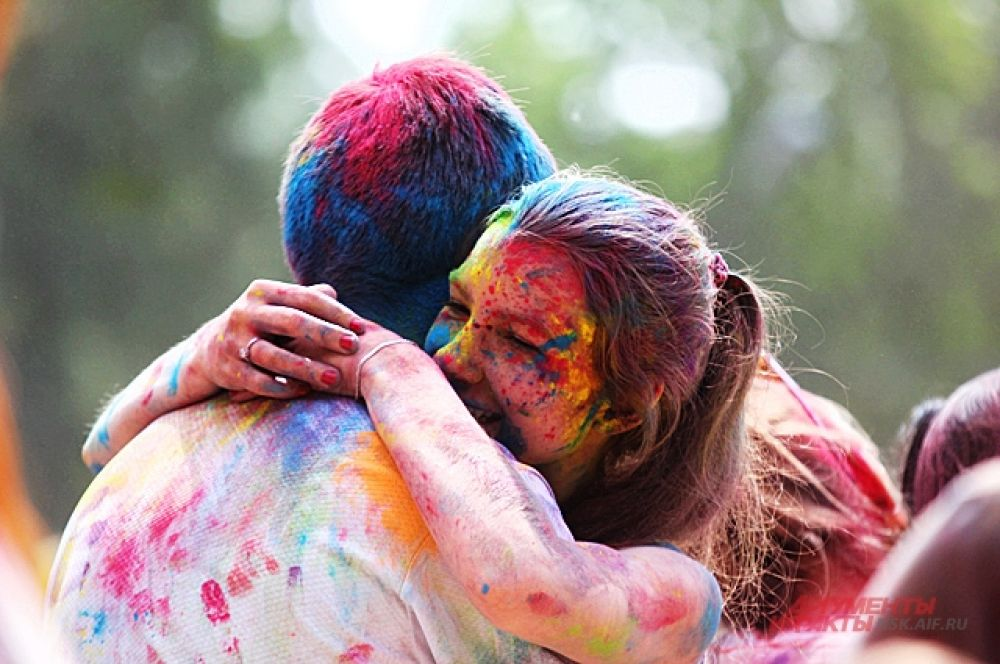 Многие приходят на фестиваль парами, когда ещё выпадет возможность кинуть краской в возлюбленного.