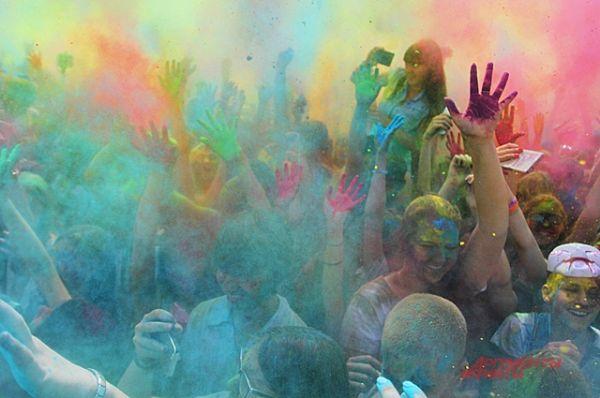Море краски и море эмоций. Когда в воздух взлетает цветная пыль, участники от восторга кричат. Главное не наглотаться краски.