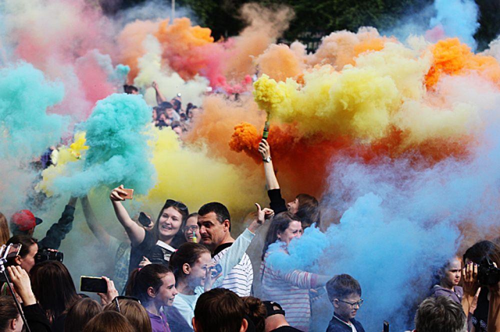 Фестиваль дыма прошёл в выходные в Новосибирске. Каждый мог из баллончиков выпустить цветные дымовые струи.