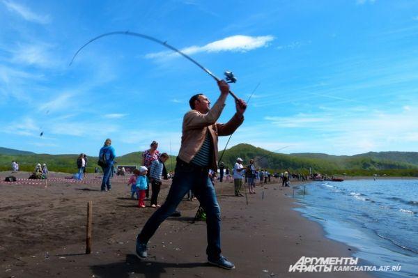 24 рыбака расположились с удочками на берегу Малой Лагерной.