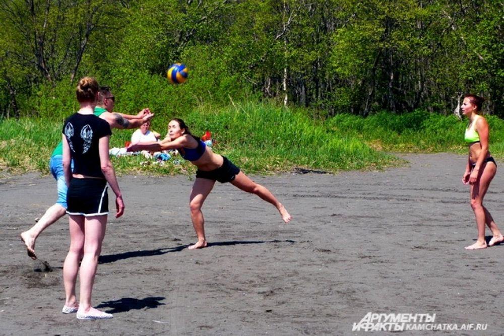 Зрители на берегу не скучали: играли в волейбол, жарили шашлык.