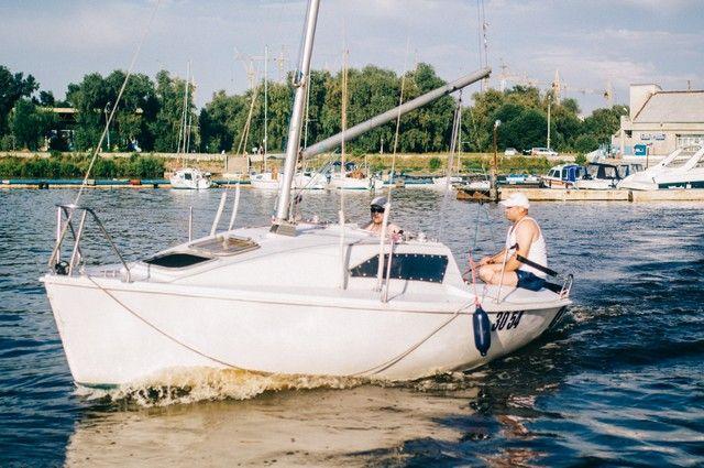 На опрокинувшейся яхте находилось семь человек.