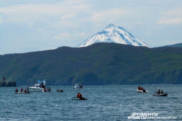 Опытные рыбаки и любители рыбачили с катеров и лодок.