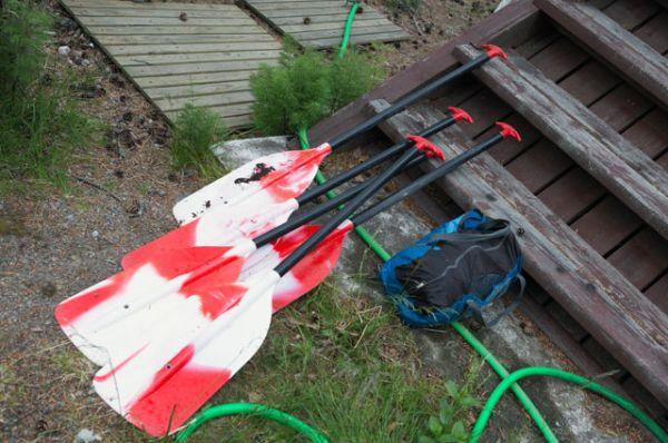 Байдарочные весла, найденные в ходе поисково-спасательной операции в районе озера Сямозеро в Карелии, на котором в туристическом походе во время шторма погибли дети.