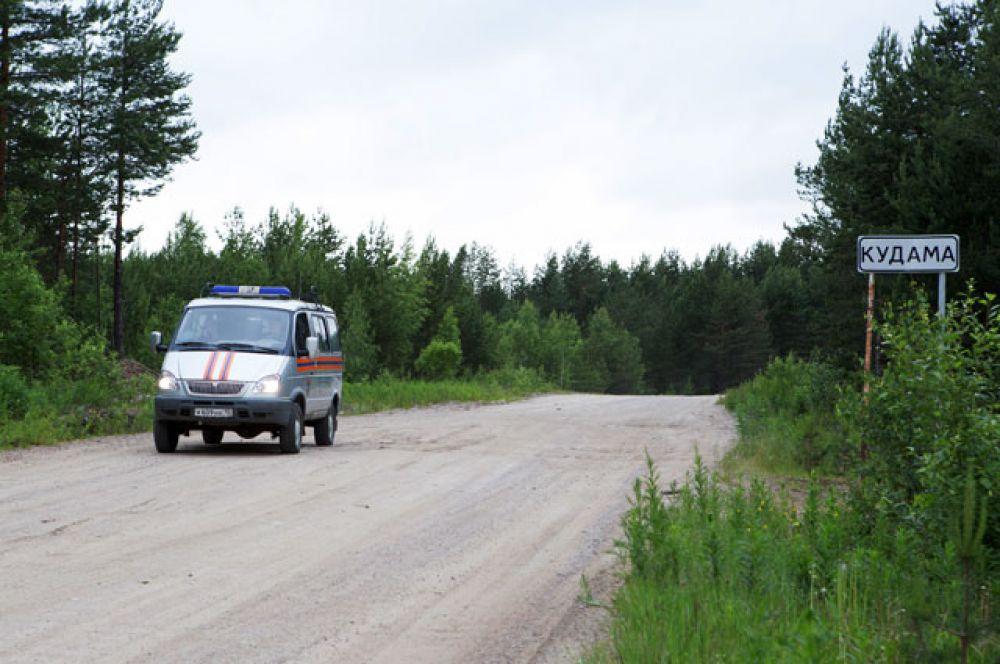 Автомобиль МЧС РФ на месте проведения поисково-спасательной операции в районе озера Сямозеро в Карелии.
