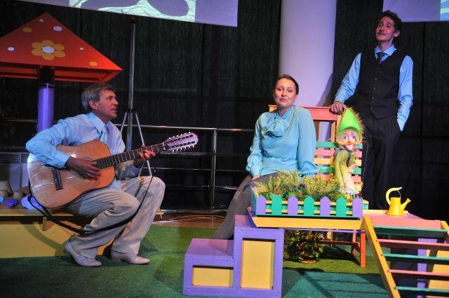 Помимо кукол в спектакле используются песочная анимация, детские рисунки, фотопейзажи и