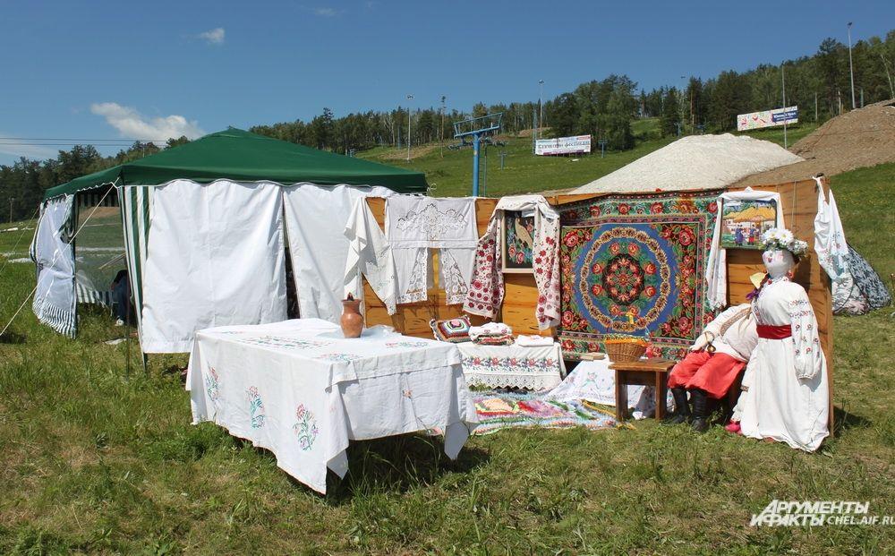 В Уральском поселении рядом расположились казачьи подворья и восточные юрты.