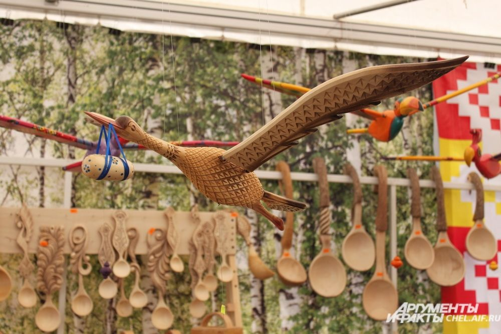 Гости с удовольствиям разглядывали сувениры в традиционных техниках.